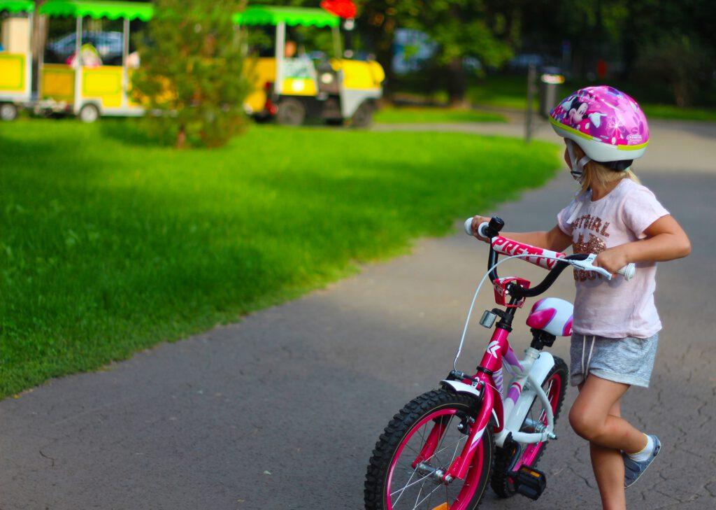 Kind neben Fahrrad in Park