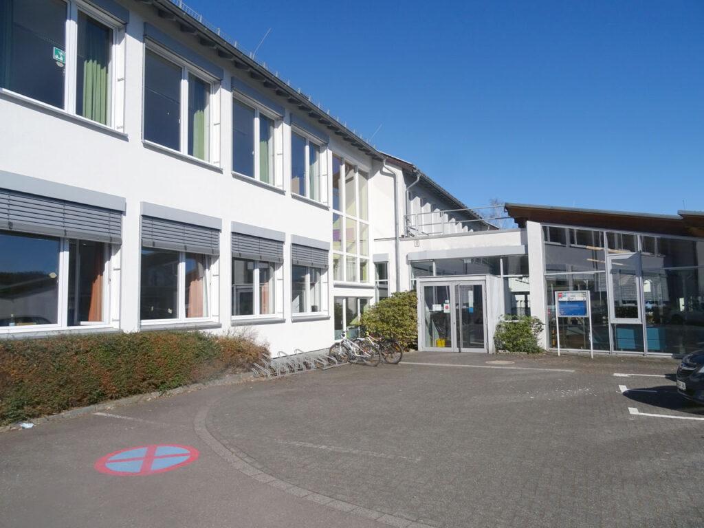 Schule Haupteingang